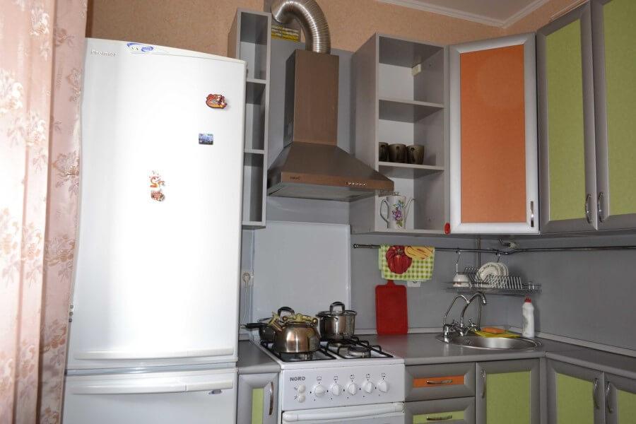 Холодильник огорожен шкафчиком
