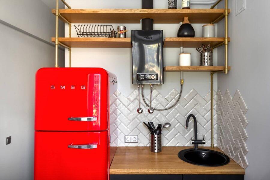 Пример контрастка на кухне с черной колонкой